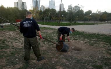 Los 20 participantes del proyecto 'Et Formem' trabajan en el mantenimiento en la Séquia Mare e instalaciones deportivas