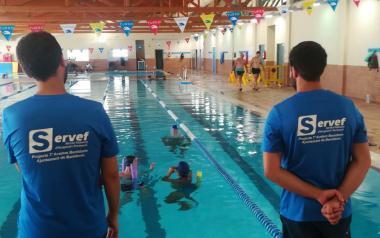 Prácticas en la piscina de los alumno...