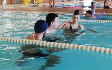 Prácticas en piscina de los alumnos d...