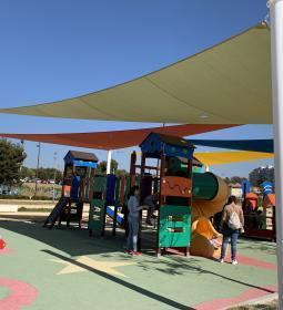 Benidorm habilita dos zonas de sombra en las áreas infantiles del Parque de F...