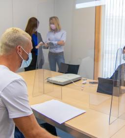 Ciudadanos británicos se interesan en Benidorm por la obtención del permiso d...