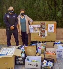 La Asociación Socio Cultural de la Policía Local entrega lotes de productos d...