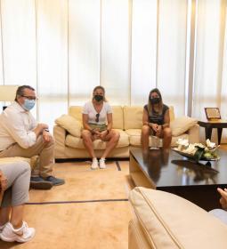 Toni Pérez rep l'ambaixadora de la Costa Blanca Cup, Sandra Paños