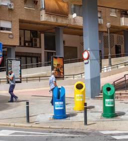 Los contenedores de 'quita y pon' llegan a la calle Tulipanes y a la plaza El...