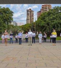 Minuto de silencio en Benidorm en memoria de la mujer asesinada en A Coruña