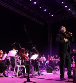 El homenaje a Nino Bravo en la voz de Francisco completa el aforo del Julio I...